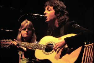 800px-Paul_McCartney_with_Linda_McCartney_-_Wings_-_1976